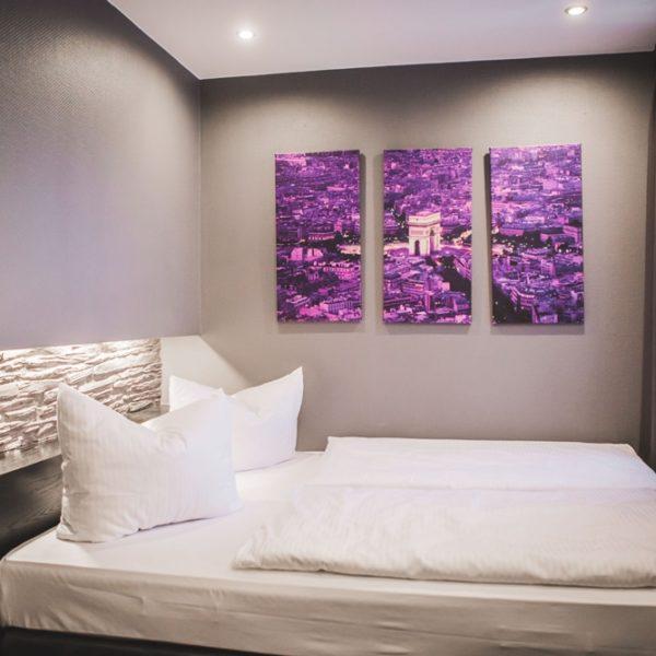 Leinwände zur Wanddekoration im Economy Doppelzimmer