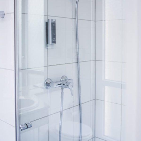 Die Dusche im Economy Doppelzimmer