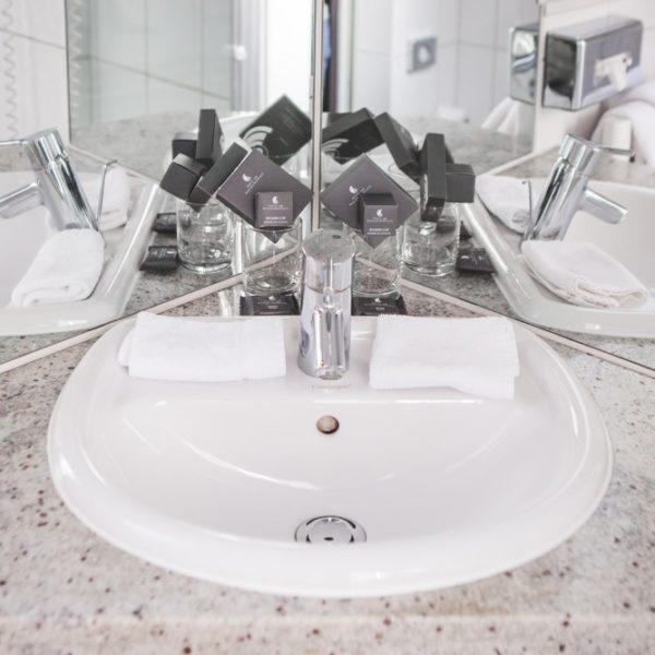 Das Waschbecken im Economy Doppelzimmer