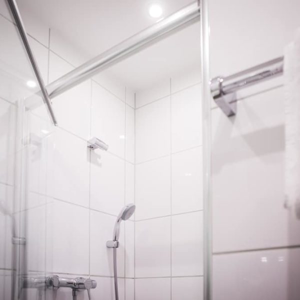 Die Dusche im Einzelzimmer