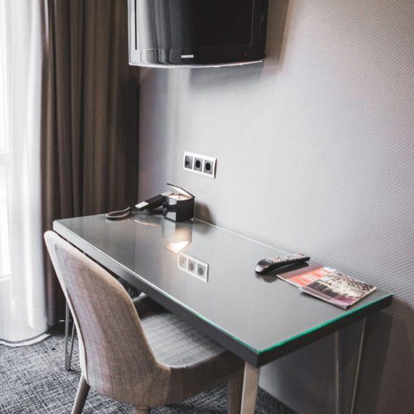TV und Tisch im Einzelzimmer