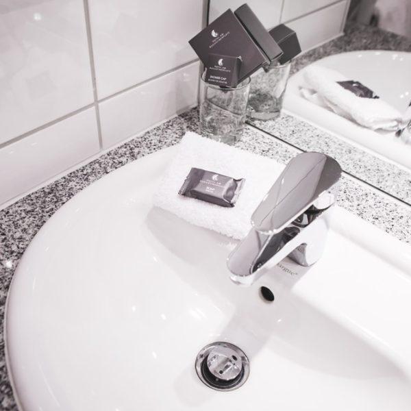 Das Waschbecken im Einzelzimmer