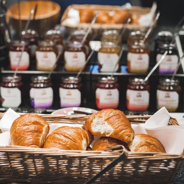 Große Marmeladenauswahl beim Frühstück