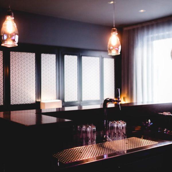 Thekenbereich der Leon's Liquid Lounge